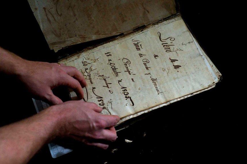 el-estadounidense-profesor-de-historia-david-lafevor-sostiene-un-registro-de-la-era-colonial