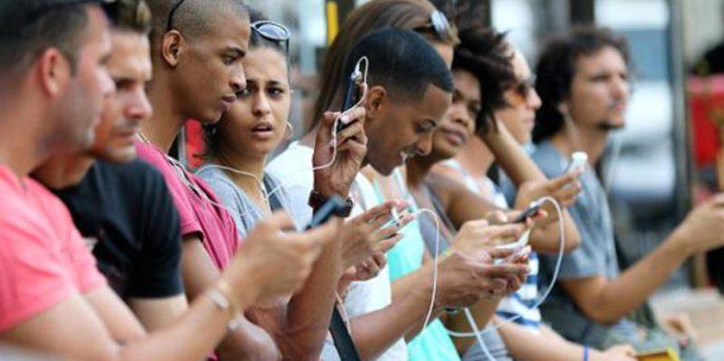 cuba-internet-people-street-685x342