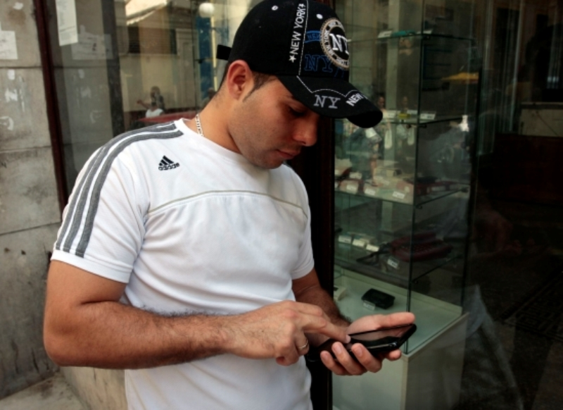 joven_telefono_movil_app_celular