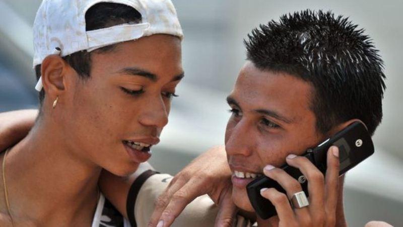 Jovenes-conversan-telefonicamente-celular-EFE_CYMIMA20161120_0008_13
