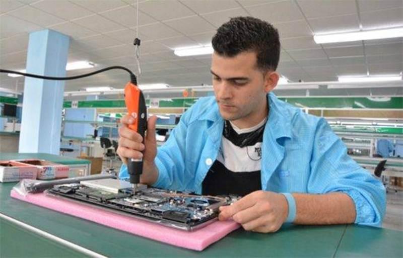 línea-de-ensamblaje-de-laptop-en-Cuba-foto-roberto-suearez-jr-580x372