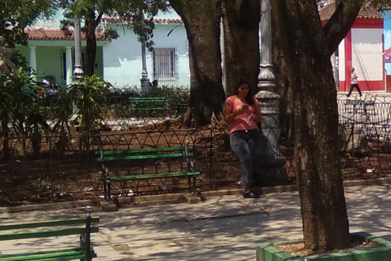 muchacha_wifi_internet_parque